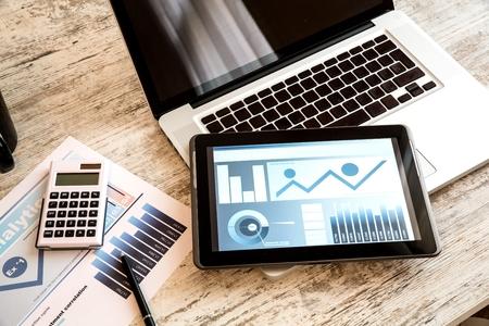 태블릿 PC와 비즈니스 분석 스톡 콘텐츠