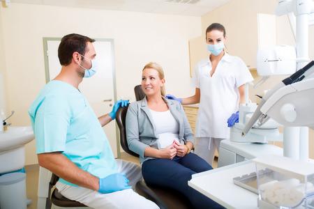 Een volwassen volwassen vrouw krijgt een controle bij de tandarts.