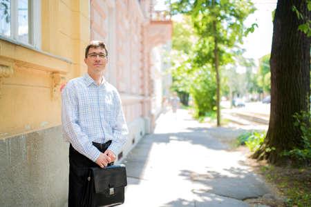 Ein Geschäftsmann auf dem Weg auf der Straße. Standard-Bild