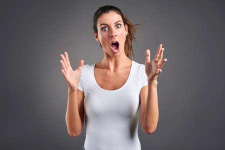 Retrato de una mujer joven que grita con furia. Foto de archivo