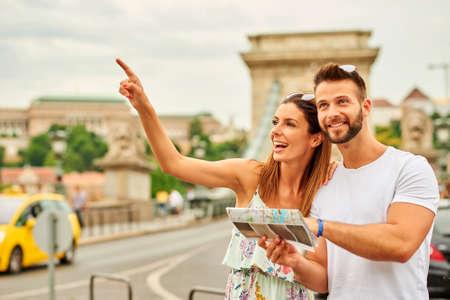 若い観光客カップル 写真素材