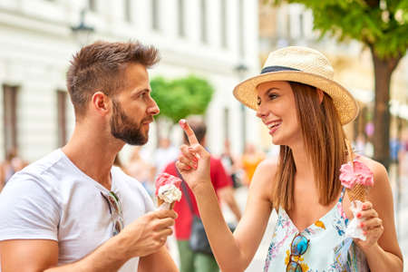 Young tourist couple with ice-cream Foto de archivo