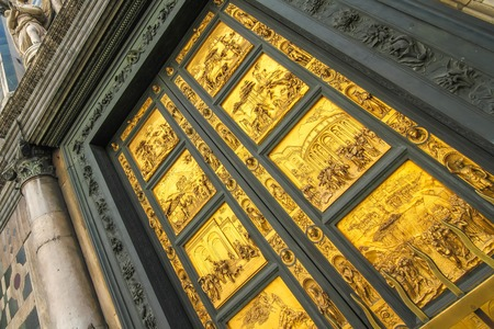 View on the East doors of the Cathedral of Santa Maria called Gates of Paradise in Florence, Italy on a sunny day. 스톡 콘텐츠