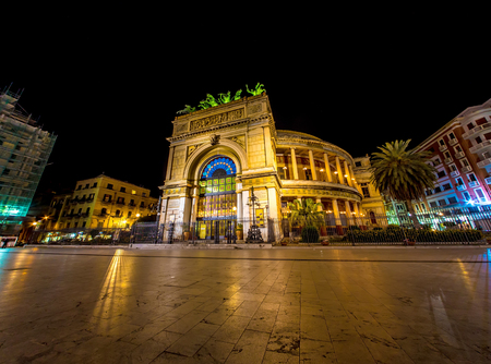 The Politeama Theatre in Palermo, Italy at night Banque d'images - 111810715