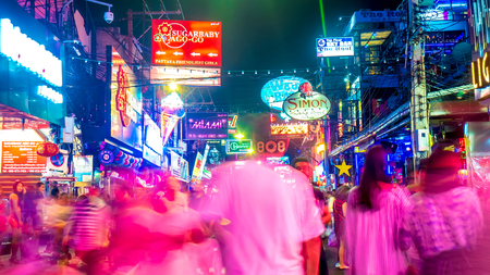 Night view on the busy streets of Pattaya, Thailand Редакционное