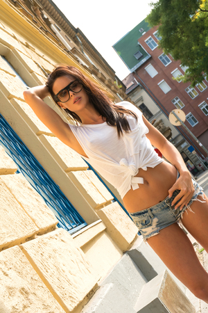 Beautiful young woman posing in a European urban environment 版權商用圖片 - 109393737