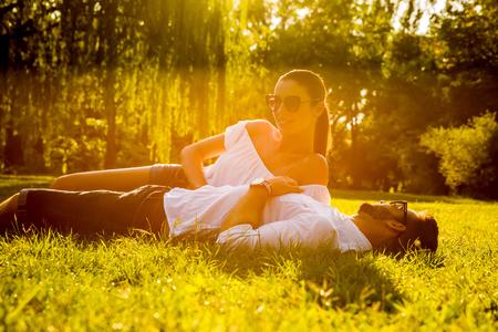 Bella giovane coppia nel parco Archivio Fotografico