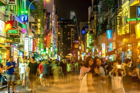 HO-CHI-MINH-STADT, VIETNAM - CIRCA FEBRUAR 2018: Blick auf das geschäftige Nachtleben in der berühmten Bui Vien Street ca. Februar 2018 in Ho-Chi-Minh-Stadt, Vietnam.