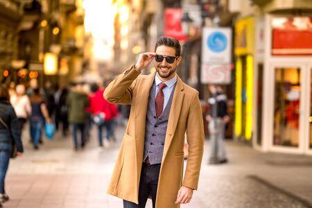 Elegancki mężczyzna spacerujący po ulicach.