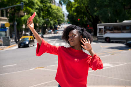 A black young woman taking a selfie in the city. Banque d'images