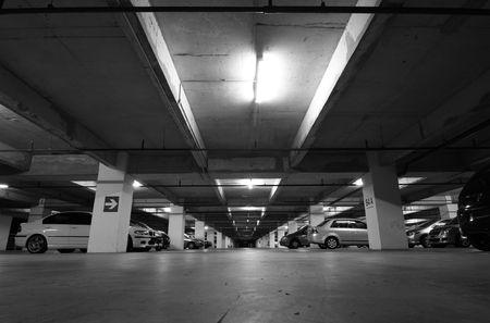 parked: Weergave van een ondergrondse parkeer garage  Redactioneel