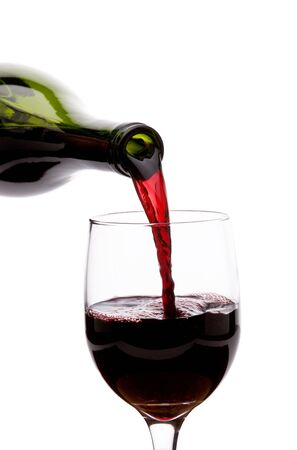 Gieten rode wijn in een glas Stockfoto