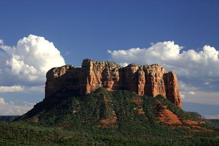 castle rock: Castillo de acantilados de roca Sedona Arizona con un profundo cielo azul de fondo blanco que muestra las nubes cumulus