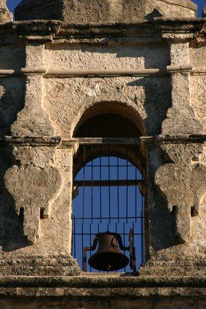 ミッション サン ホセ石造りの仕事ベルと青い空を示す San Antonio テキサス州の鐘楼 写真素材
