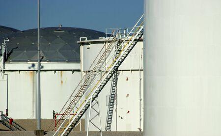 Petróleo y del etanol en los tanques de almacenamiento en la terminal de un oleoducto en Texas  Foto de archivo - 708350