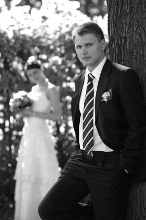 pareja de esposos: Una pareja reci�n casada foto posando al aire libre