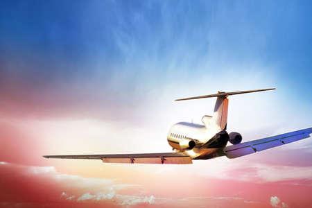 aviones pasajeros: Tirar aviones de pasajeros en la puesta del sol rojo Foto de archivo