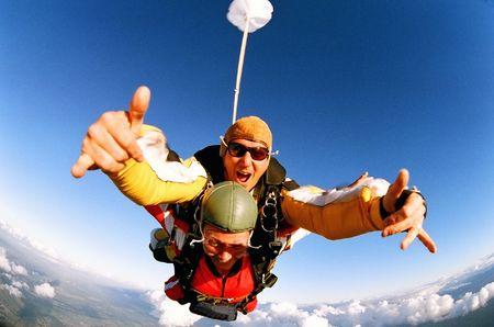 spadochron: Mężczyzna i kobieta skydiving w tandemie z samolotu