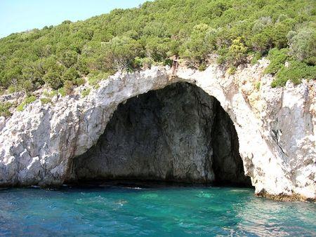 cueva: Mourtos Mar Cueva griego en la costa vista desde el mar.