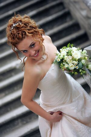 down stairs: Smiling bouquet sposa con le scale a piedi.