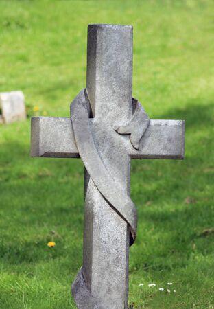 memorial cross: Memorial croce lapide in cimitero con erba verde in background. Archivio Fotografico