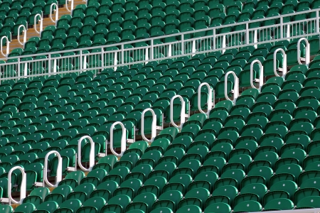 terrain foot: Rangées de sièges vert en plein air du stade, angle faible Banque d'images