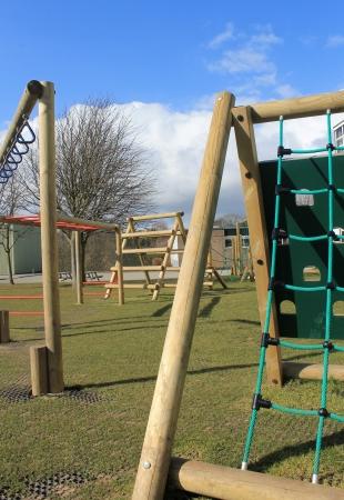 salle de sport: �cole portique avec aire de jeux et une salle de sport en arri�re-plan, Scarborough, en Angleterre.