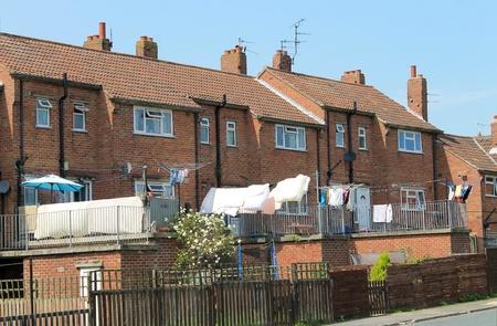 detras de: Vista trasera de casas adosadas modernas con lavado secado en el patio trasero. Foto de archivo