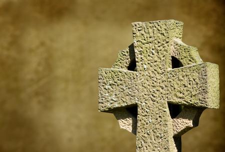 croce celtica: Croce celtica su offuscata sfondo marrone con spazio di copia. Archivio Fotografico