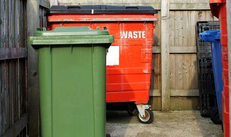 anuncio publicitario: Cubos de basura comercial en un parque empresarial.
