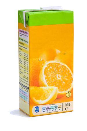 jugos: Una caja de delicioso jugo de naranja sobre un fondo blanco