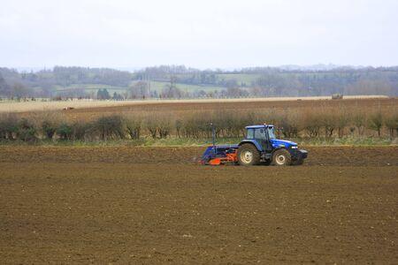 Tractor agr�cola trabajando en los campos  Foto de archivo - 6701755