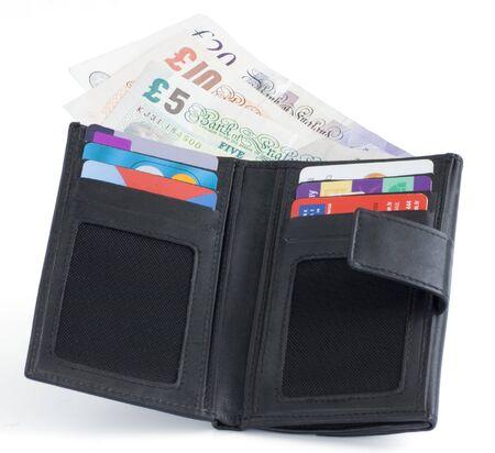 libra esterlina: Uk sterling dinero notas y tarjetas en un monedero negro