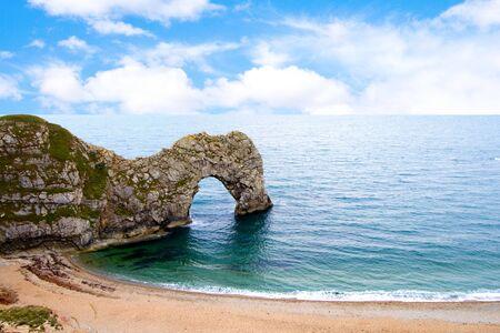 Durdle Door ein natürlich erodierten Kalkstein Bogen in Dorset, Großbritannien Standard-Bild - 7644569