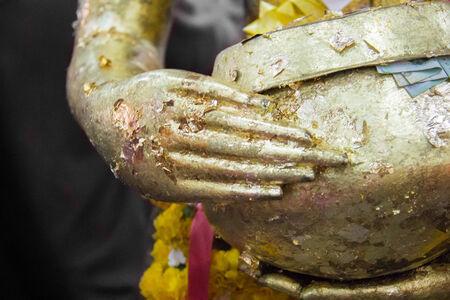 limosna: Mano de la estatua de Buda es mantener las limosnas.