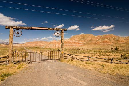 Una puerta y una valla en el desierto, salvaje oeste,