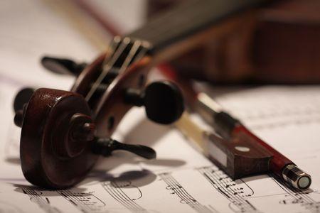 활과 노트 배경으로 오래된 마스터 바이올린