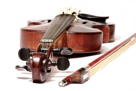 흰색 배경에 고립 된 활 마스터 바이올린