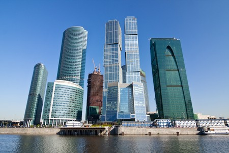 구름과 푸른 하늘 아래 모스크바시의 고층 빌딩
