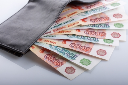 검은 가죽 지갑에 러시아 루블 지폐
