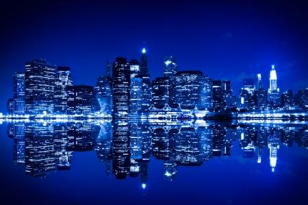 New York la nuit avec des reflets bleu