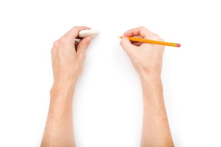 인간의 손에 연필와 지우개 그림자와 흰 배경에 고립