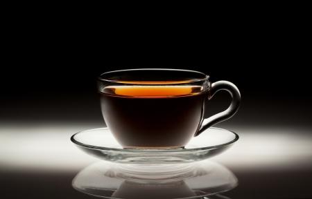 추상 어두운 배경에 차 컵