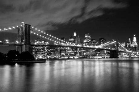 검은 색과 흰색의 야경 브루클린 다리