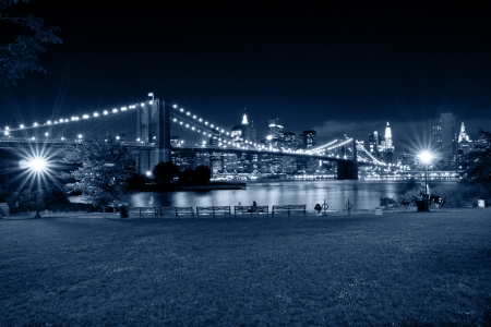 Puente de Brooklyn y Manhattan, Nueva York, escena nocturna photo