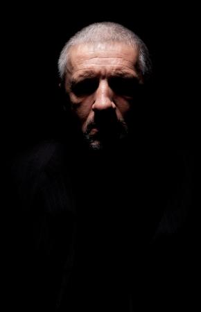 blackout: Spooky grijze haren volwassen man met black-out ogen