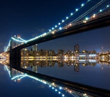 반사의 야경 브루클린 다리와 맨하탄 스톡 콘텐츠