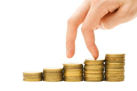 going down: Concepto de crisis financiera - la mano bajando la escalera de monedas