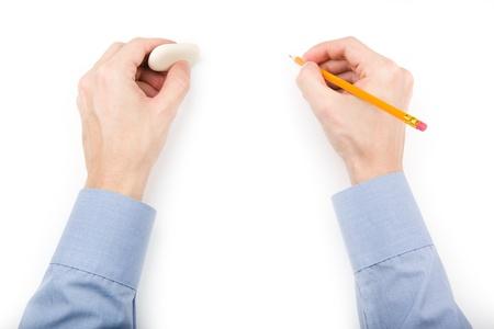 Hombre que sostiene el lápiz y goma de borrar con espacio en blanco para el texto o dibujo