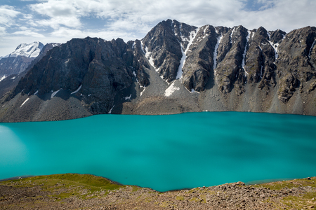 motton blue: Amazing alpine lake Ala-Kul, tien Shan, Kyrgyzstan
